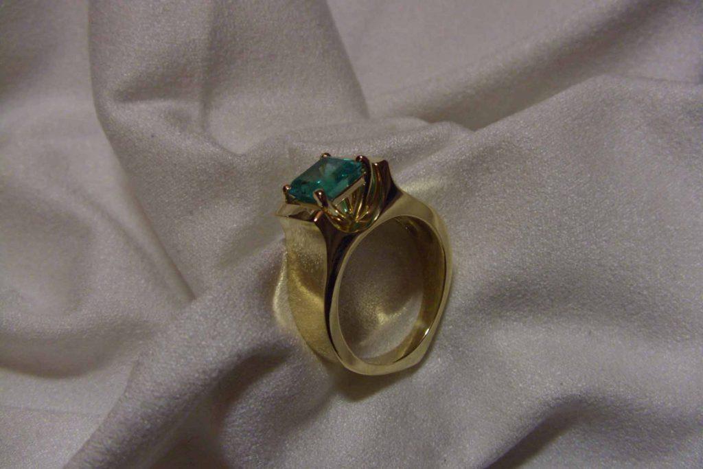 Обручальное кольцо с изумрудом